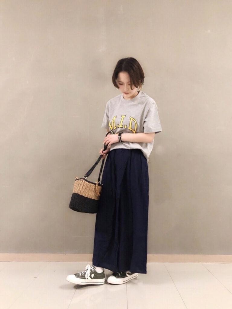 ロゴTシャツ×スニーカー×ネイビーのスカーチョのコーデ