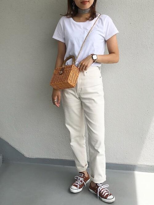 白のTシャツ×白のデニムパンツ×ブラウンの脱色コンバース