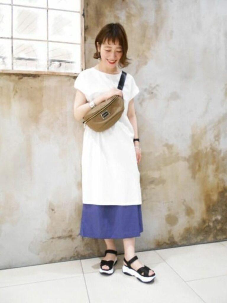 白のTシャツワンピ×スポーツサンダル×ネイビーのスカーチョのコーデ