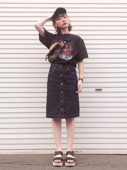 黒のデザインTシャツ×デニムスカート×サンダル