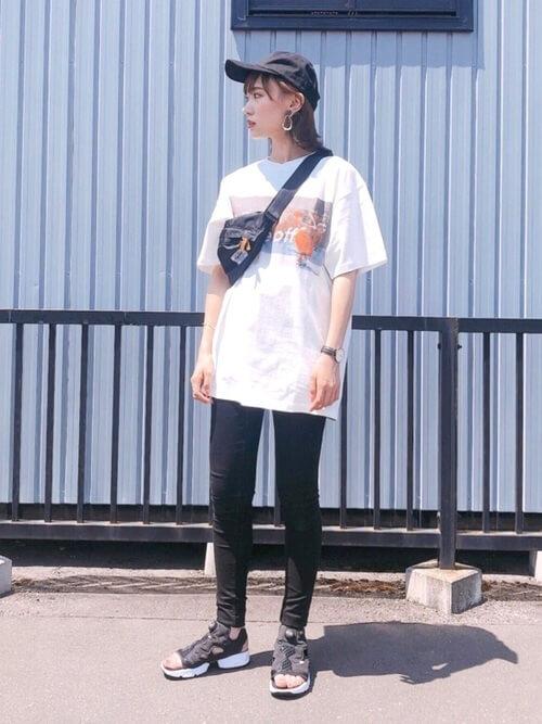 白のTシャツ×黒のスキニーパンツ×スニーカーサンダル