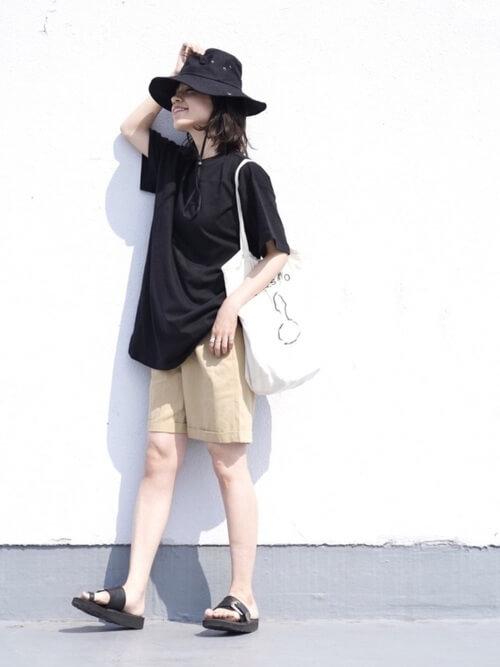 黒のTシャツ×ベージュのハーフパンツ×バケットハット×サンダル