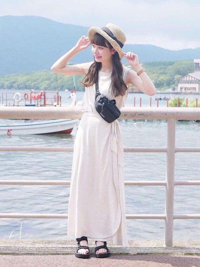 白のタンクトップ×白のラップスカート×スポーツサンダルのリゾートファッションコーデ