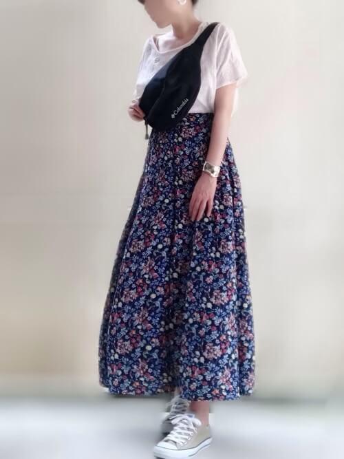 スカーチョ×ピンクのTシャツ×ベージュのスニーカー×黒のボディバッグ