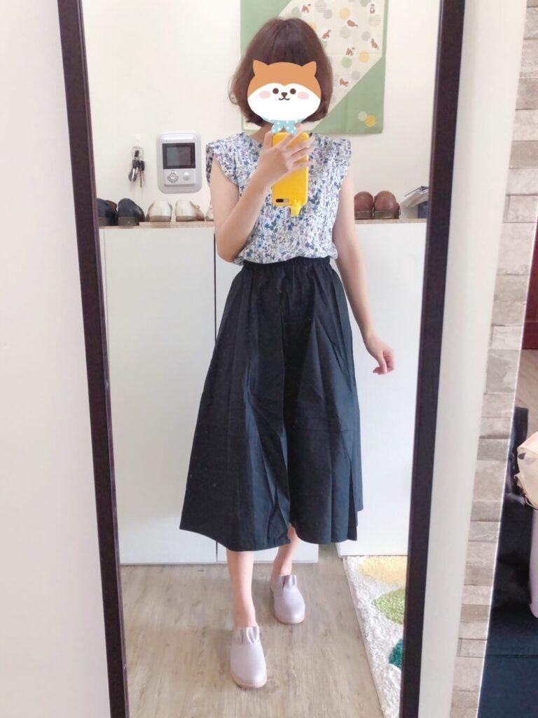 グレーのスリッポン×花柄ブラウス×ネイビーのロングスカート