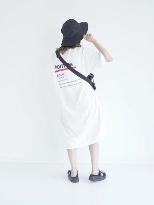 Tシャツワンピース×バケットハット×ショルダーバッグ