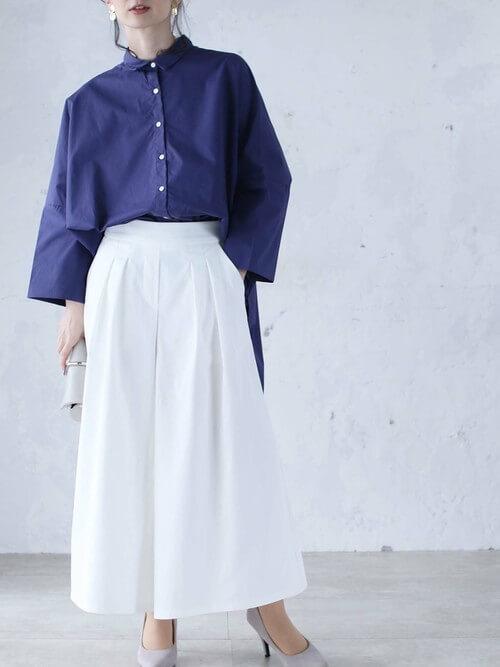白のスカーチョ×ネイビーのシャツ×グレーのパンプス