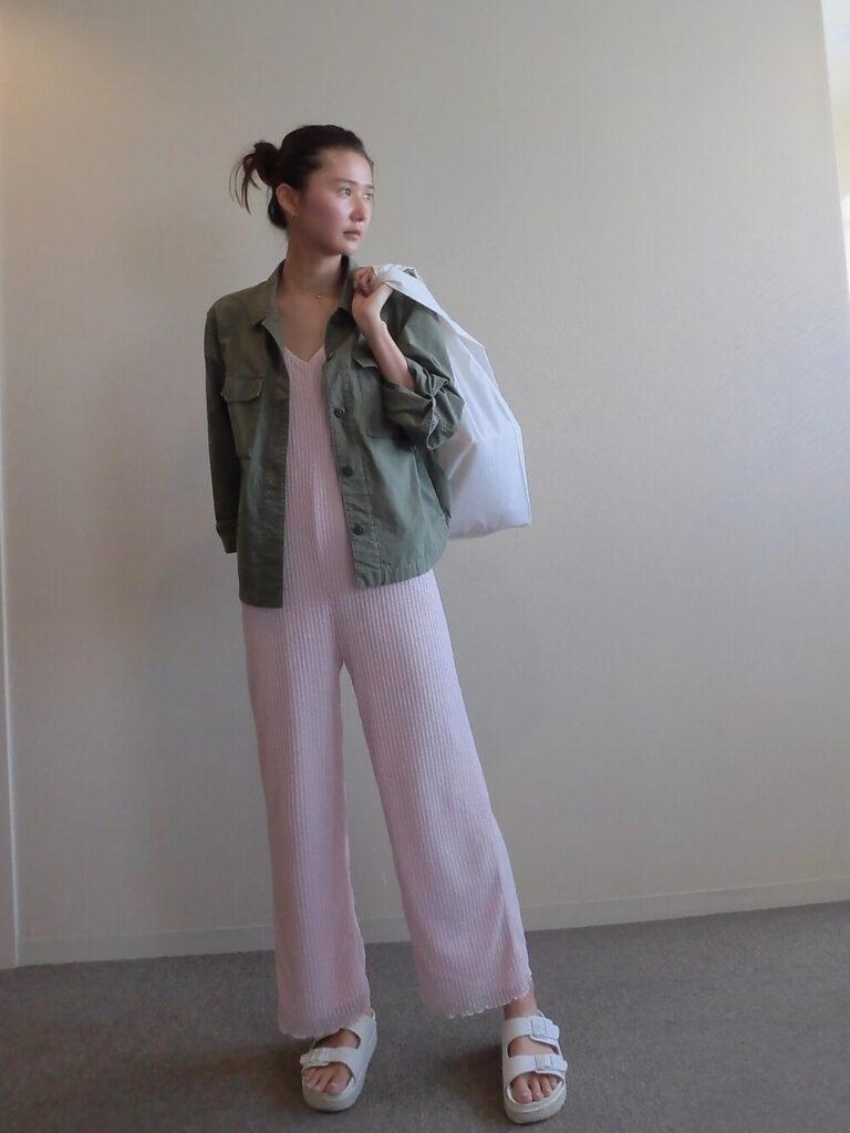 ミリタリージャケット×白のサンダル×ピンクのオールインワン夏コーデ