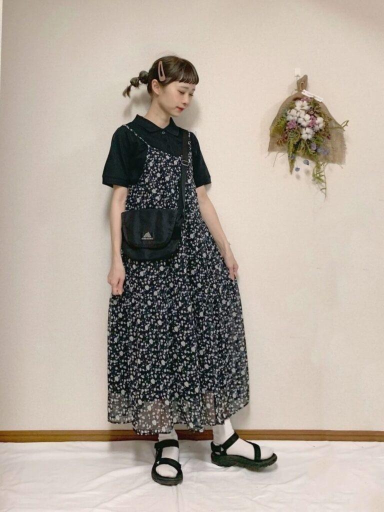 花柄キャミワンピ×黒のポロシャツ×サンダル