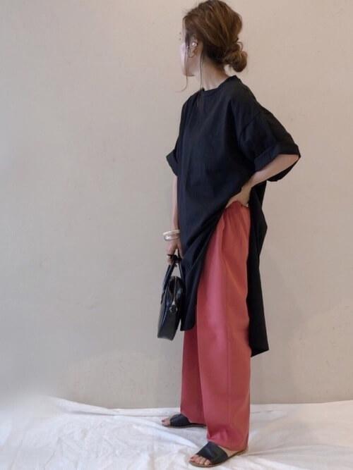 黒のチュニック×ピンクのパンツ×黒のサンダル×黒のショルダーバッグ