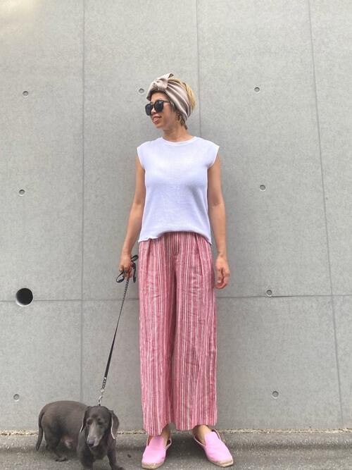 白のノースリーブ×ピンクのワイドパンツ×ベージュのヘアバンド×ピンクのスリッポン