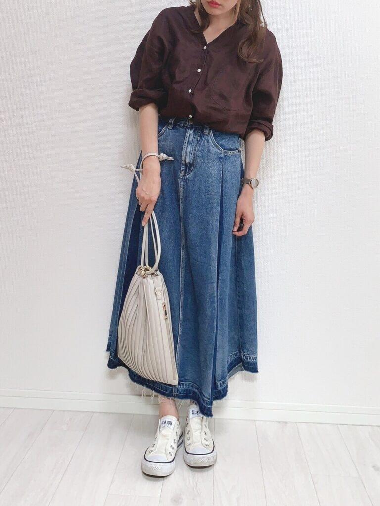 白のスリッポン×ブラウンのチュニックシャツ×デニムスカート