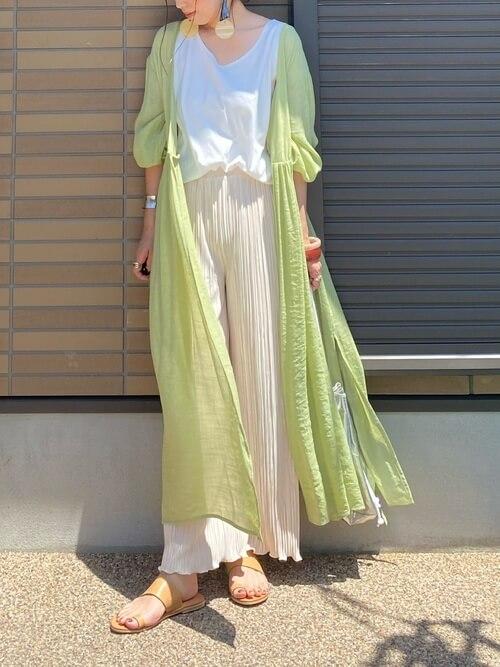 白のタンクトップ×プリーツワイドパンツ×ガウンワンピースのリゾートファッションコーデ