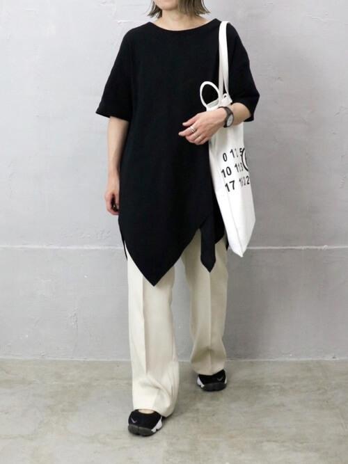 黒のチュニック×白のパンツ×黒のスニーカーサンダル×白のトートバッグ