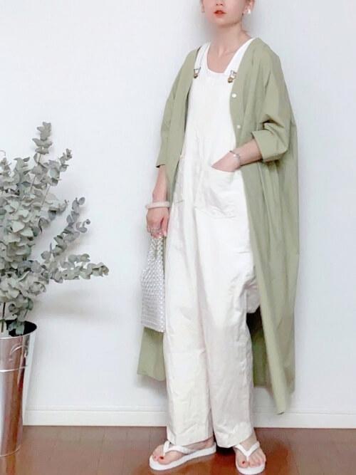 白のサロペット×グリーンのシャツワンピ×白のビーチサンダル×ビーズバッグ