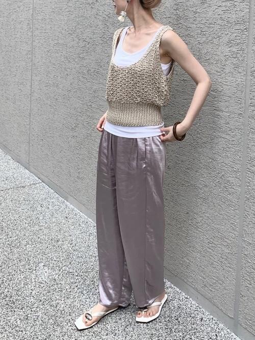 白のタンクトップ×ニットビスチェ×サテンパンツのリゾートファッションコーデ