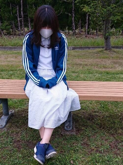 青のトラックジャケット×白のポロシャツ×白のスカート×ネイビーのスリッポン