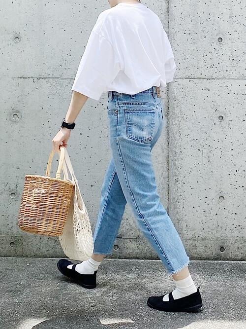 白のTシャツ×デニムパンツ×かごバッグ×黒のスリッポン