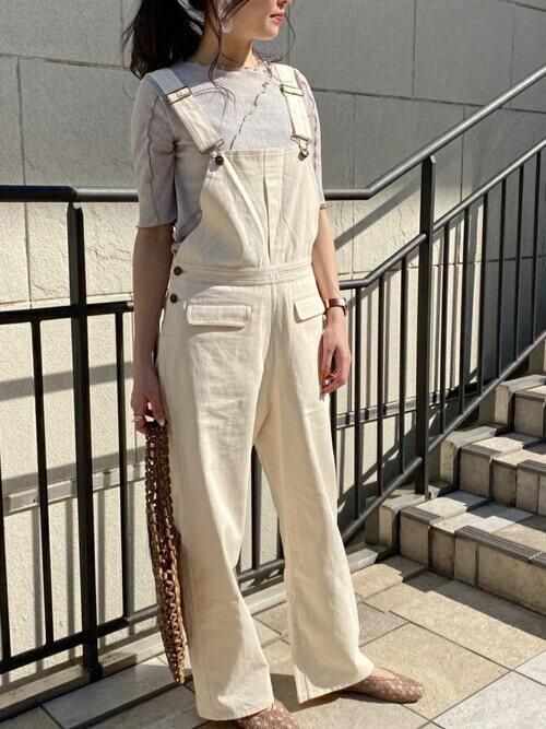 グレーのTシャツ×白のサロペット×ベージュのパンプス