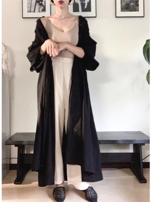 黒のシャツワンピース×ベージュのタンクトップ×白のパンツ×黒のスリッポン