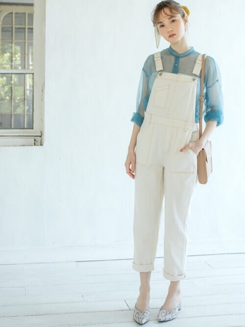 デニムのオールインワン×白のチューブトップ×ブルーのシアーシャツ×バイソン柄のパンプス