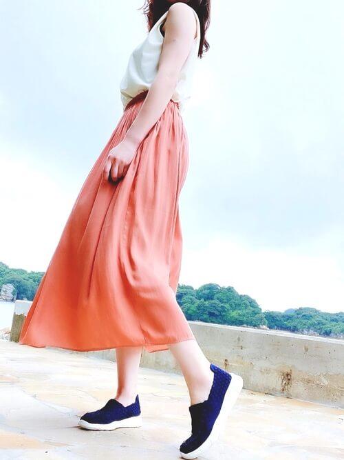 白のタンクトップ×オレンジ系のスカート×ネイビーのスリッポン