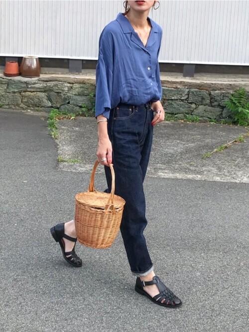 アボスカラーのシャツ×デニムパンツ×黒のグルカサンダル×かごバッグ