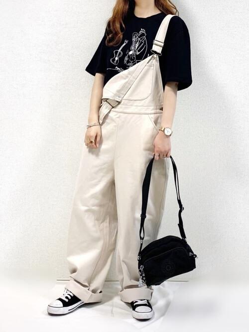 白のサロペット×黒のTシャツ×黒のスニーカー×黒のショルダーバッグ