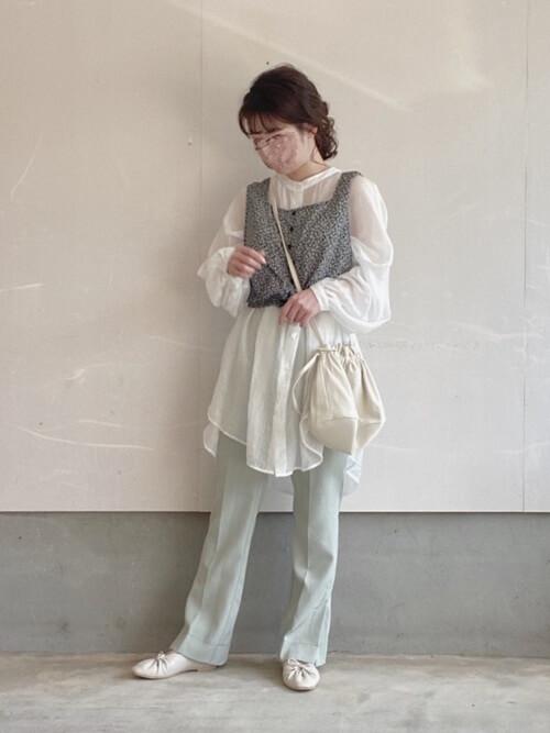 白のシャツ×黒のベスト×グリーンのパンツ×白パンプス×ショルダーバッグ