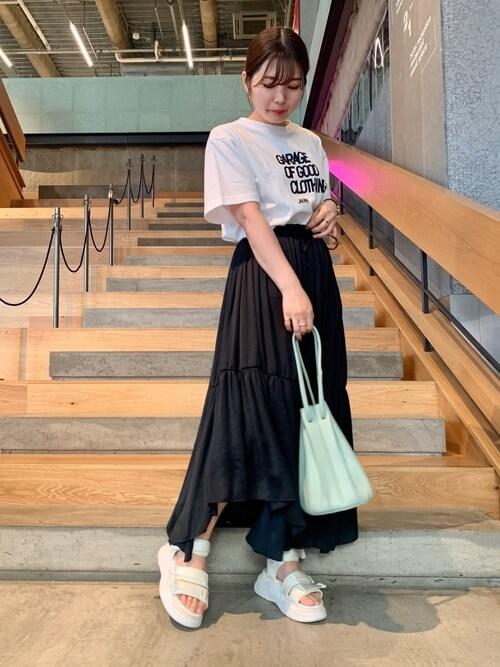 ティアードスカート×白のロゴTシャツ×白のサンダル×ミントグリーンの巾着バッグ