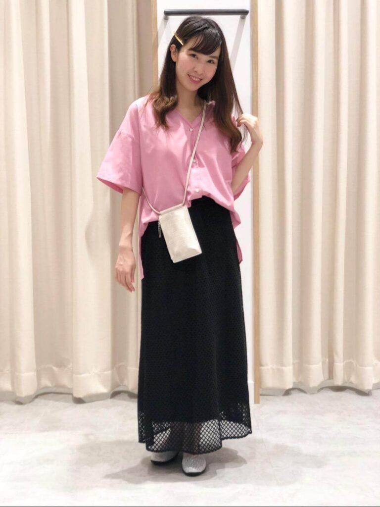 シルバースリッポン×ピンクのシャツ×黒のレースマキシスカート