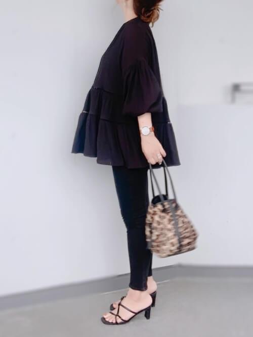 黒のチュニック×黒のスキニーパンツ×黒のサンダル×レオパード柄の巾着バッグ