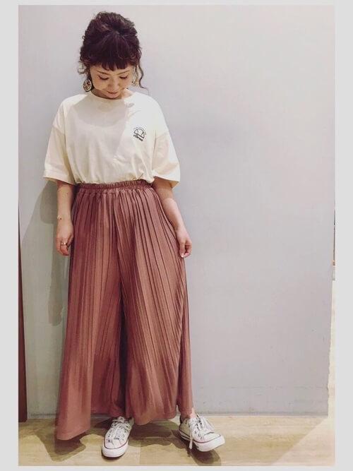 スカーチョ×ベージュのロゴTシャツ×生成り色のスニーカー