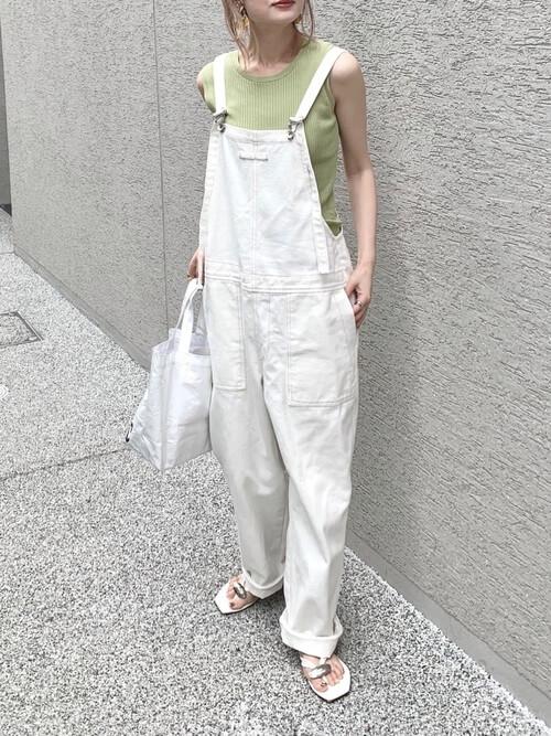 白のサロペット×ミントのタンクトップ×白のビーチサンダル×白のバッグ