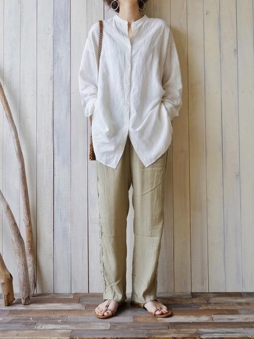 白のリネンシャツ×グリーンのサテンパンツ×ベージュのサンダル×ショルダーバッグ