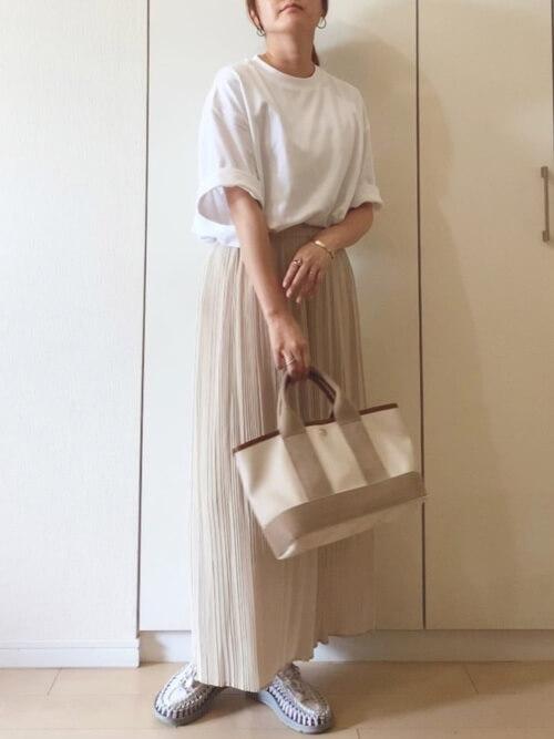 白のTシャツ×スニーカー×ユニクロのスカンツコーデ