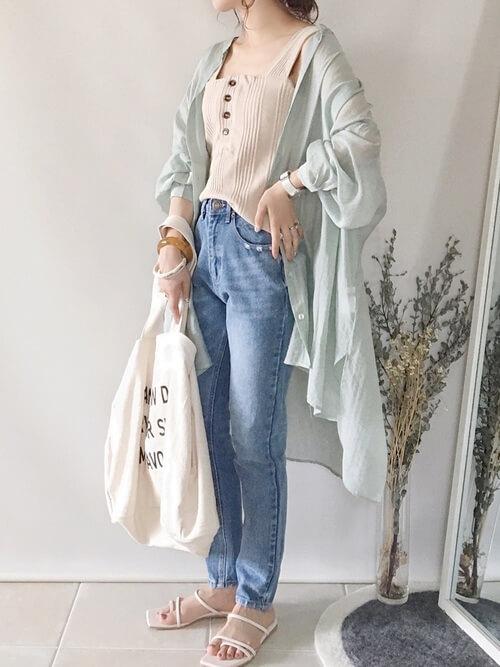 タンクトップ×ミントカラーのシアーシャツ×デニムパンツ×白のサンダル