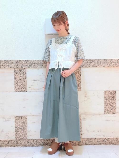 花柄ブラウス×白のビスチェ×グリーンのスカート×サボサンダル