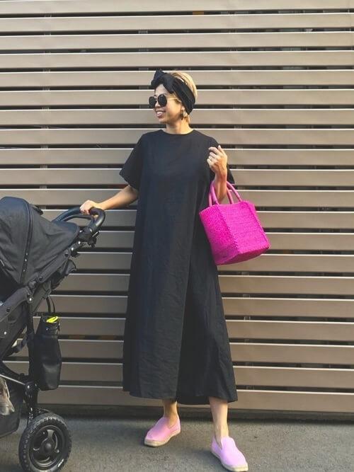 黒のTシャツワンピース×ピンクのかごバッグ×黒のヘアバンド×ピンクのスリッポン