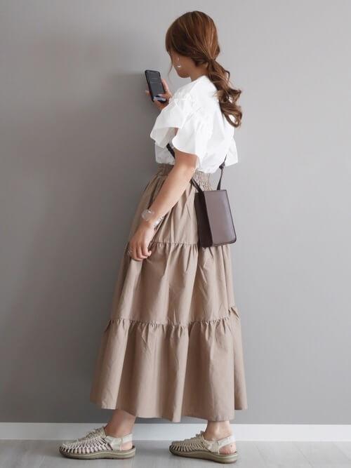 ティアードスカート×白のシャツ×白のメッシュサンダル×黒のショルダーバッグ