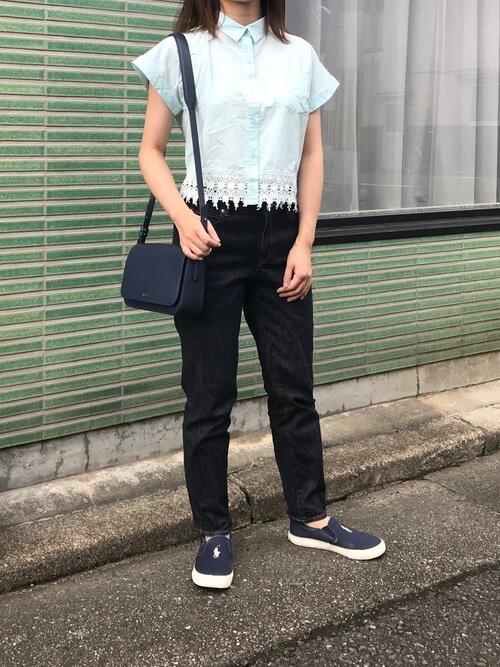ブルーのシャツ×黒のパンツ×ネイビーのスリッポン