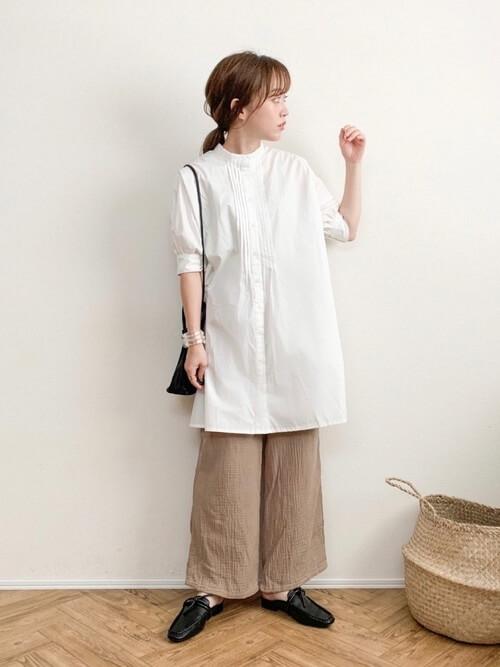 白のチュニックシャツ×ベージュのガーゼパンツ×黒のスリッポン