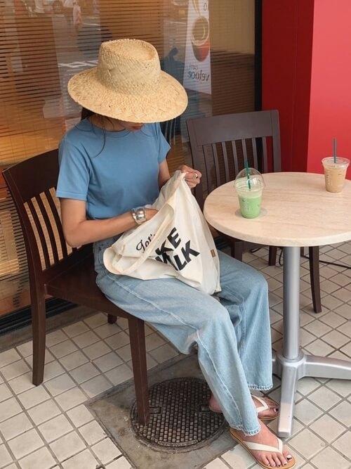 青のTシャツ×ワイドデニムパンツ×サンダルのリゾートファッションコーデ