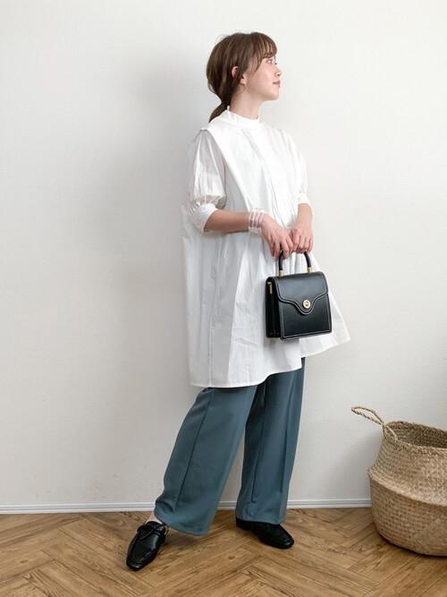 白のチュニックシャツ×ブルーパンツ×黒のバッグ×黒のスリッポン