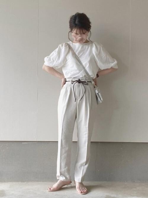 白のTシャツ×白のデニムパンツ×クリアサンダル×ショルダーバッグ
