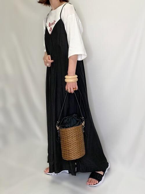 黒のキャミワンピ×白のロゴTシャツ×黒のサンダル×かごバッグ