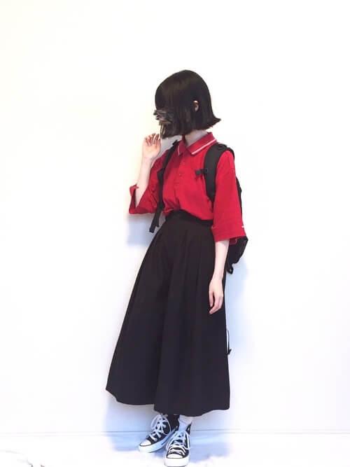 スカーチョ×赤のポロシャツ×黒のスニーカー×黒のリュック