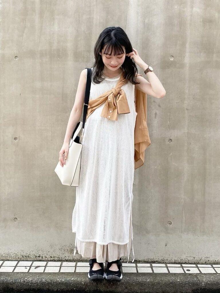 ベージュのスカーチョ×白のワンピース×スニーカーサンダル×タスクがけシャツ