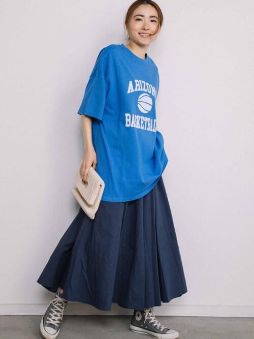 青のTシャツ×ネイビーのフレアスカート×スニーカー×クラッチバッグの夏コーデ
