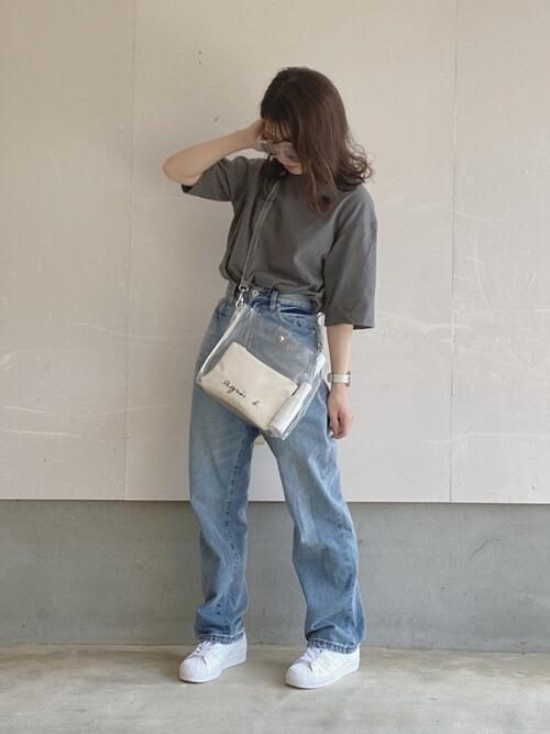 グレーのTシャツ×デニムパンツ×白のスニーカー×ショルダーバッグ